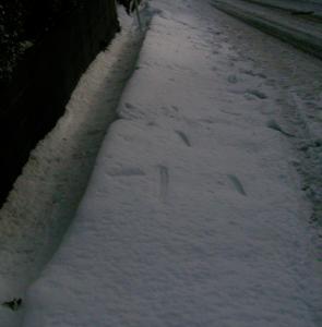 道路の吹き溜まりの雪山